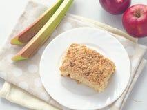 Torta do crumble do ruibarbo e da morango Bolo caseiro do biscoito decorado com migalhas Bolo dos frutos do verão Fotografia de Stock
