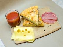 Torta do presunto e do queijo com suco de tomate Imagens de Stock