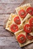 Torta do sopro com vertical do close-up do tomate e do queijo Vista superior foto de stock royalty free