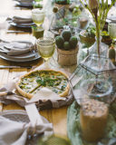 Torta do vegetariano na tabela rústica do serviço Foto de Stock Royalty Free