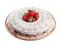 Torta doce da cenoura com a morango suculenta madura no branco Foto de Stock