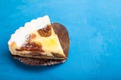 Torta doce delicada do biscoito amanteigado da sobremesa com ameixas em um fundo azul fotografia de stock royalty free