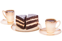 Torta dos en placas con dos tazas de café en el blanco aislado Imagen de archivo libre de regalías
