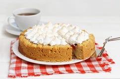 Torta dulce adornada con el merengue y la taza de té Fotos de archivo libres de regalías