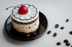 Torta dulce con una cereza Imagen de archivo