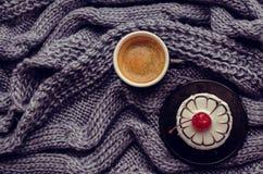 Torta dulce con una cereza y una taza de café Fotografía de archivo