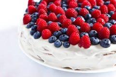 Torta dulce cremosa con los arándanos y las frambuesas imagen de archivo libre de regalías