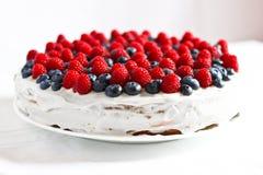 Torta dulce cremosa con los arándanos y las frambuesas foto de archivo