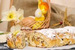 Torta dulce de Pascua con el mazapán, frutas escarchadas, nueces imagen de archivo libre de regalías