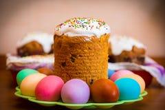 Torta dulce de Pascua con los huevos coloridos Fotografía de archivo