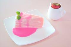 Torta dulce del crepé con el jugo de la fresa Fotografía de archivo