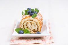 Torta dulce del rollo de la galleta con las bayas frescas Imagen de archivo