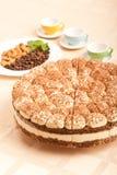 Torta dulce del tiramisu con las almendras y las tazas Fotografía de archivo libre de regalías