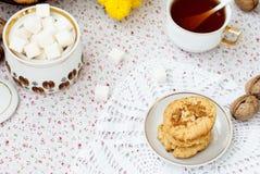 Torta dulce hecha en casa y una taza de té Fotos de archivo libres de regalías