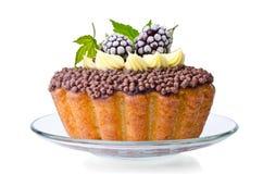Torta dulce hermosa con crema y zarzamoras Fotos de archivo