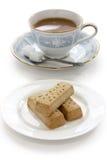 Torta dulce y una taza de té de la leche Imagen de archivo