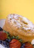 Torta e bacche di alimento di angelo Fotografie Stock Libere da Diritti
