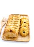 Torta e cookies do abacaxi na placa de madeira no fundo branco Fotografia de Stock