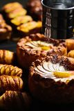 Torta e croissant de Apple Foto de Stock Royalty Free