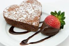 Torta e fragola di recente cotte del cuore Fotografie Stock