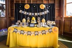 Torta e invitaciones para la fiesta de bienvenida al bebé Imagen de archivo libre de regalías