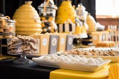 Torta e invitaciones para la fiesta de bienvenida al bebé Fotos de archivo libres de regalías
