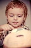 Torta e ragazzino dolci Fotografie Stock Libere da Diritti