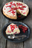 Torta e ribes rosso della bacca Fotografia Stock Libera da Diritti