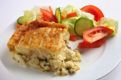 Torta e salada inglesas dos peixes Imagens de Stock Royalty Free