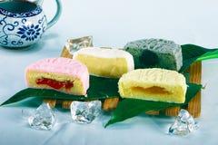 Torta e tè di luna cinesi fotografie stock