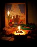 Torta ed uova di Pasqua con le candele e la maschera Fotografie Stock
