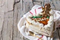 Torta en forma de corazón con ángel sonriente Foto de archivo libre de regalías