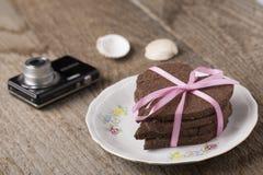 Torta en forma de corazón con la cámara Imagen de archivo