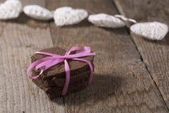 Torta en forma de corazón con la decoración Fotografía de archivo libre de regalías