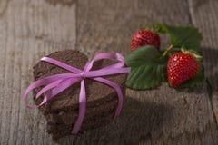 Torta en forma de corazón con la decoración Fotos de archivo libres de regalías