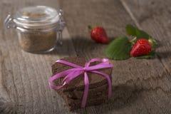Torta en forma de corazón con la decoración Imagen de archivo libre de regalías