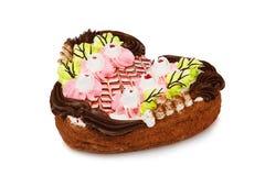 Torta en la forma del corazón adornado con la flor poner crema Imágenes de archivo libres de regalías