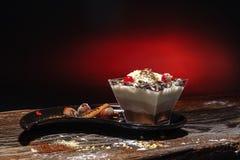 Torta en plato agradable y fondo elegante Imagen de archivo libre de regalías