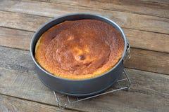 Torta en un plato que cuece foto de archivo