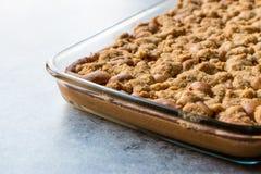 Torta entera hecha en casa de la migaja en bol de vidrio Cocido al horno recientemente fotografía de archivo libre de regalías