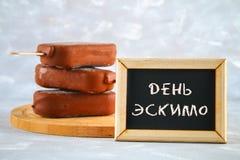 Torta eschimese su un bastone con il testo nel Russo - torta del gelato dell'eschimese di giorno Fotografia Stock