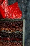 Torta extravagante del color negro con la decoración roja brillante del caramelo Torta de cumpleaños atractiva Corte el primer de Foto de archivo libre de regalías