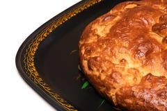 Torta fechado com uma caranga em um close-up da bandeja isolada em um fundo branco fotos de stock royalty free