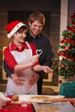 Torta feliz de la Navidad de la hornada de los pares Fotos de archivo