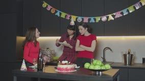 Torta femenina de la consumición en su fiesta de cumpleaños solamente metrajes