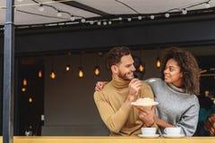 Torta femenina del merengue de la consumición con el novio Fotografía de archivo libre de regalías