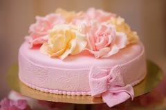 Torta festiva com rosas Imagens de Stock Royalty Free