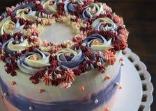 Torta festiva de la flor en soporte de la torta sobre fondo oscuro fotos de archivo