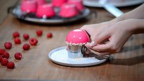 Torta francesa de la crema batida de la frambuesa con el esmalte rosado del espejo Adorne la torta con las nueces almacen de video