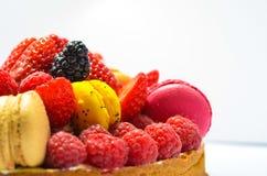 Torta fresca das morangos e dos bolinhos de amêndoa das framboesas imagens de stock